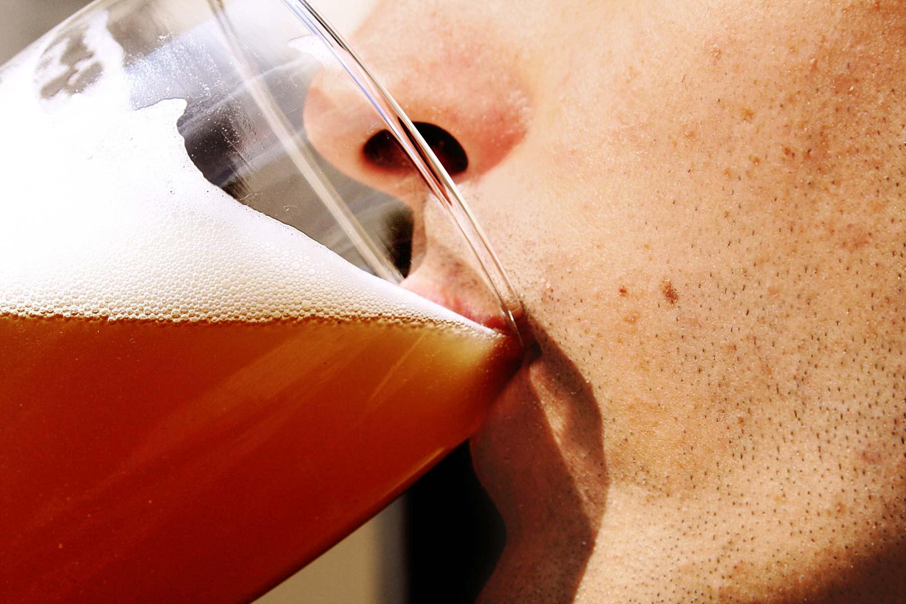 Los trabajadores de Compañía Cervecera destinarán a la hostelería los 30.000 euros de su encuentro anual